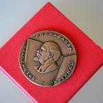 lenin-plaque-in-doos-uitgereikt-voor-het-propaganda-werk-onderin-een-ster-en-teken-een-v-in-een-rondje-4-medium_orig