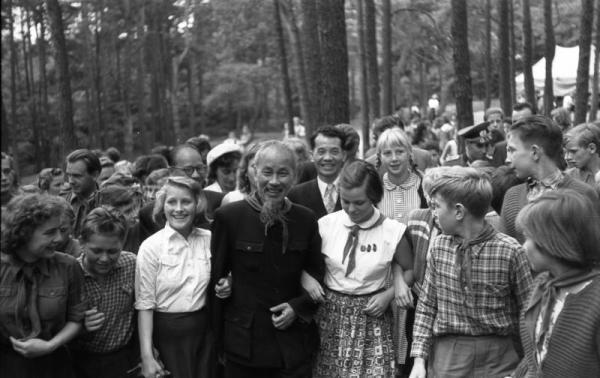Besuch Ho Chi Minhs bei Pionieren, bei Berlin