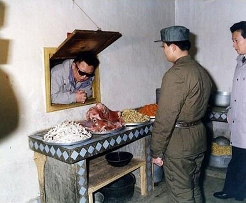Kim-Jong-il-kijkt-naar-voedsel