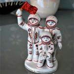 ruimtevaart-gezin-man-met-cccp-vlag-en-kind-met-sterrenstof-onderop-met-k-gestempeld-3-medium_orig