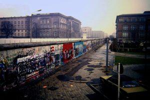 Berlin_Wall_Niederkirchnerstraße_Berlin_1988-1800x1200