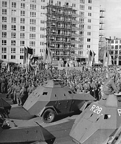 250px-Bundesarchiv_Bild_183-85711-0005,_Berlin,_Mauerbau,_Kampfgruppen,_Appell