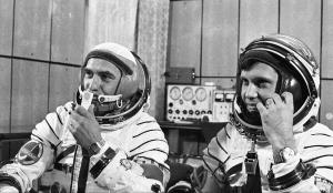 Prunariu_and_Popov_Soyuz40d