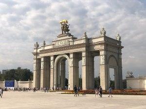 1200px-Арка_Главного_входа_ВДНХ,_Москва