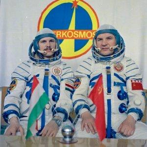 Soyuz_36_crew_pillars