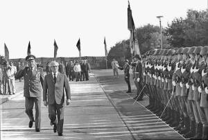Bundesarchiv_Bild_183-1985-0829-048,_DDR,_NVA-Truppenbesuch,_Honecker
