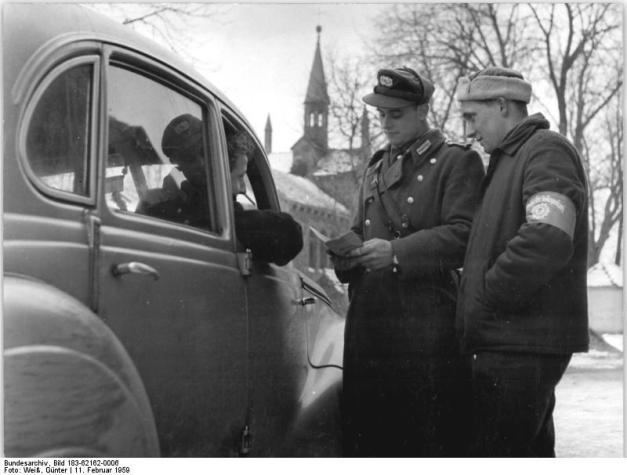Fahrzeugkontrolle durch Volkspolizist und Helfer