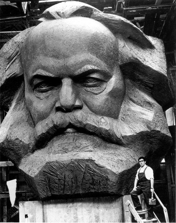 Der Bildhauer Lew Kerbel neben seiner Ka - Lev Kerbel / Karl Marx / Photo -