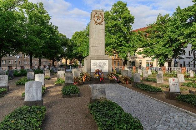 1920px-Finsterwalde_May2015_img5_Soldatenfriedhof